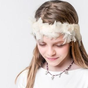 Bea y su collar Small Family Classic en piel ciclamino&plata con 4 small. Diadema de plumas de 1905