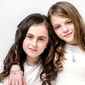 Livia y Bea con Las arras de Small Family en pulsera y collar Little Fullmoon con cadena corta de plata. Collar Small Family Classic en azul&plata con 5 smalls