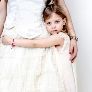 emma y Rocio abrazadas con pulsera Small Family Classic y Small Family Flor&Plata